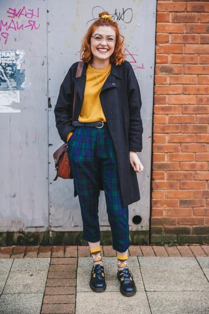 ejemplos de moda años 80, outfit inspirado en las tendencias de los años 80, pantalon estampado en cuadros