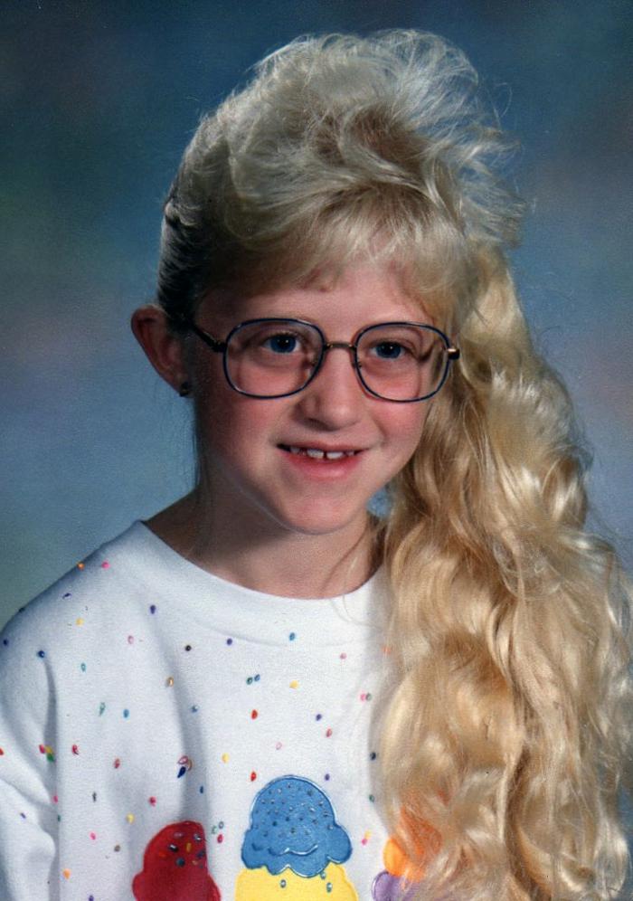 ejemplos de moda años 80, niña con blusa color blanco, estampados coloridos, pelo largo recogido en coleta lateral