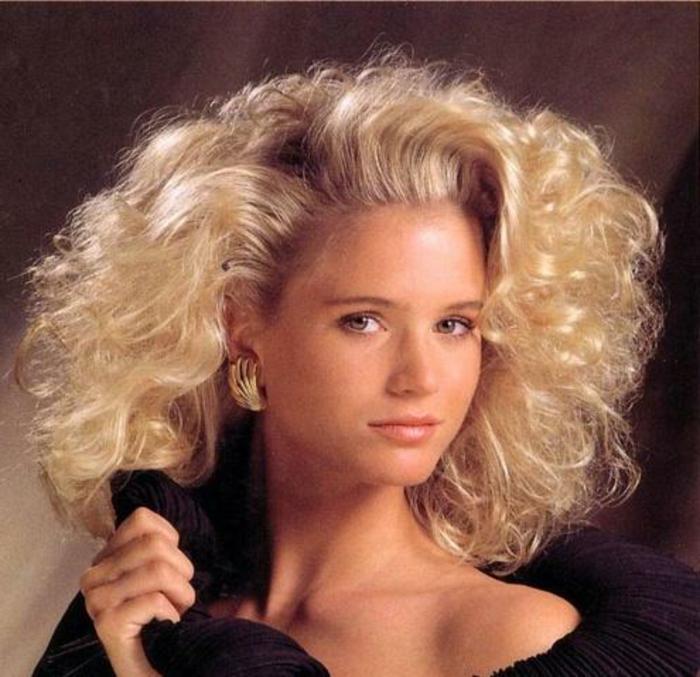 peinados típicos para la moda años 80, cabellera rubia media melena, peinado con mucho volumen