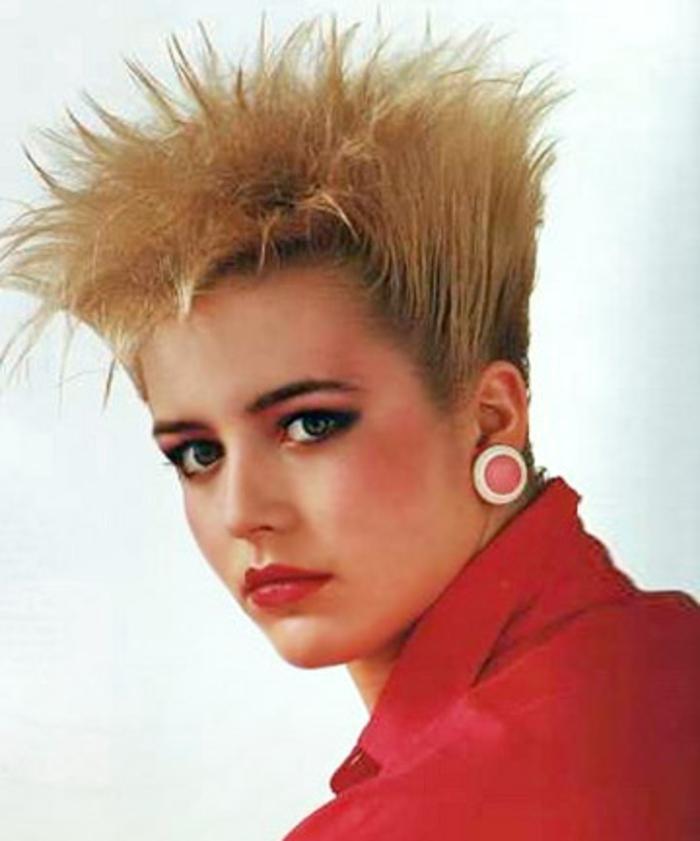 peinados mujer modernos moda años 80, cabello corto texturizado, grandes pendientes color rosado