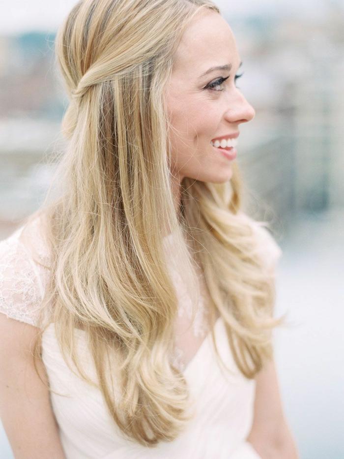 semriecogido elegante pelo color rubio cortado en capas, recogidos fáciles, rápidos y elegantes para hacer en casa