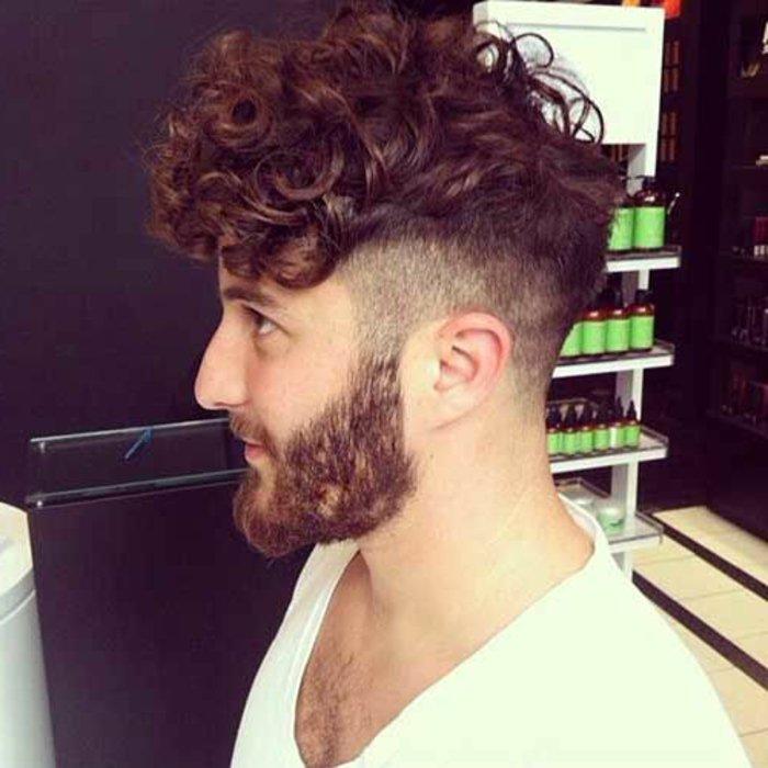 corte de pelo pompadour cabello rizado, peinados hombre 2017, sienes rapados y larga franja
