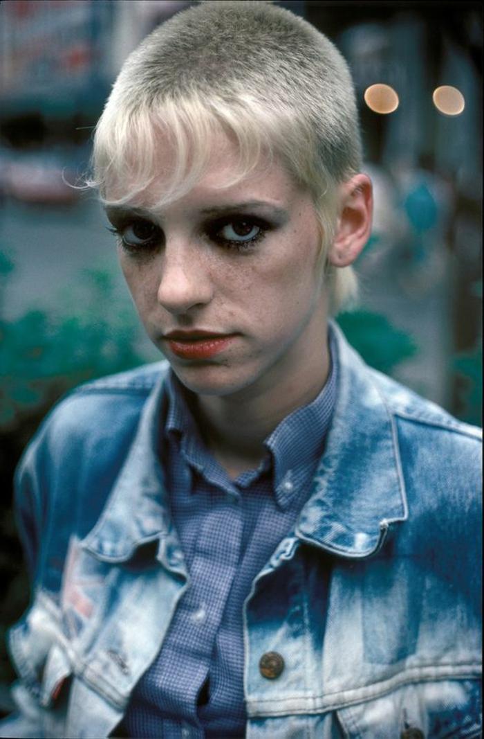 peinados mujer moda años 80, pelo muy corto con flequillo largo, chaqueta de denim lavada