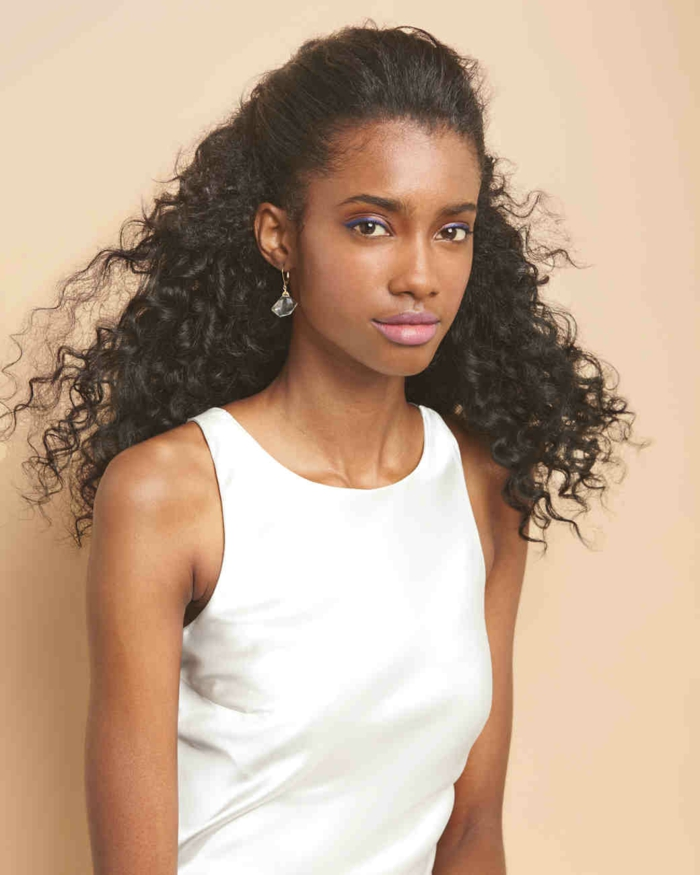 cabellera color castaño oscuro en un semirecogido, imagines de peinados faicles y rapidos, vestido blanco con pendientes