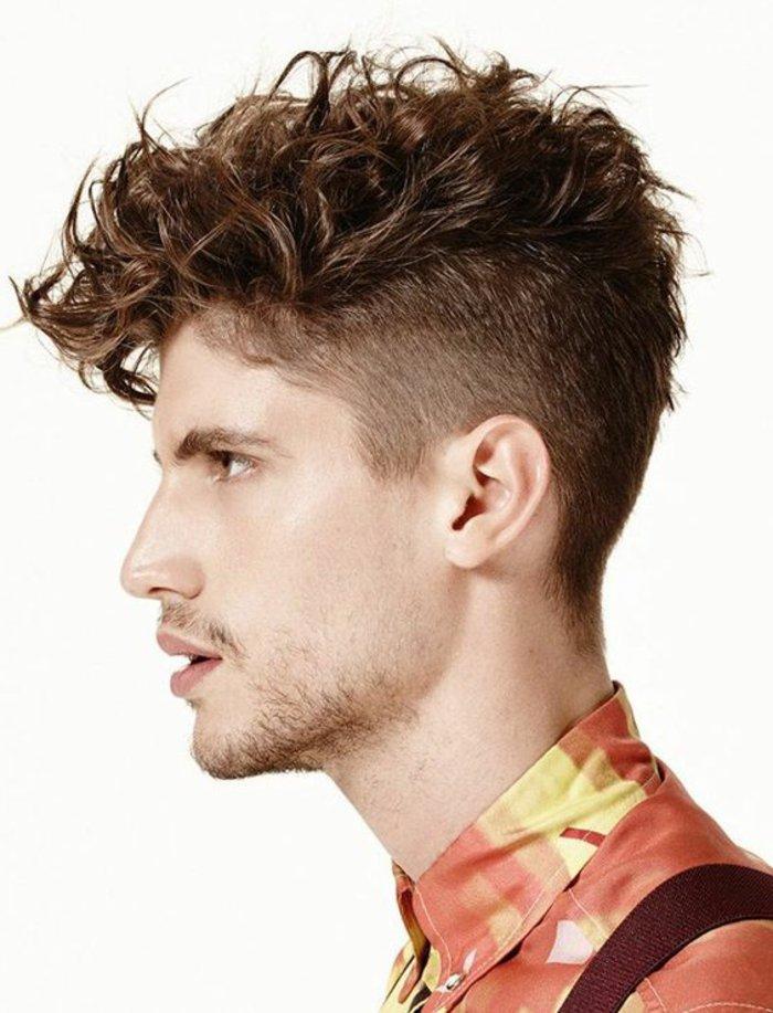 corte de pelo halcón, ideas de cortes de pelo corto rizado, larga franja con rizos y sienes rapados