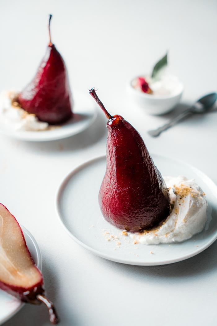 las mejores ideas de recetas romanticas para san valentin, como preparar peras escalfadas en vino tinto, ideas de recetas caseras