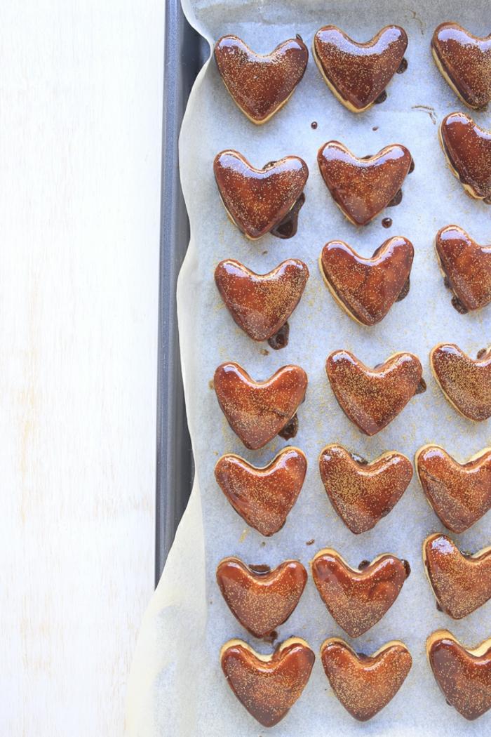 imagines con propuestas de una cena rica y facil para San Valentín, galletas azucaradas en forma de corazón