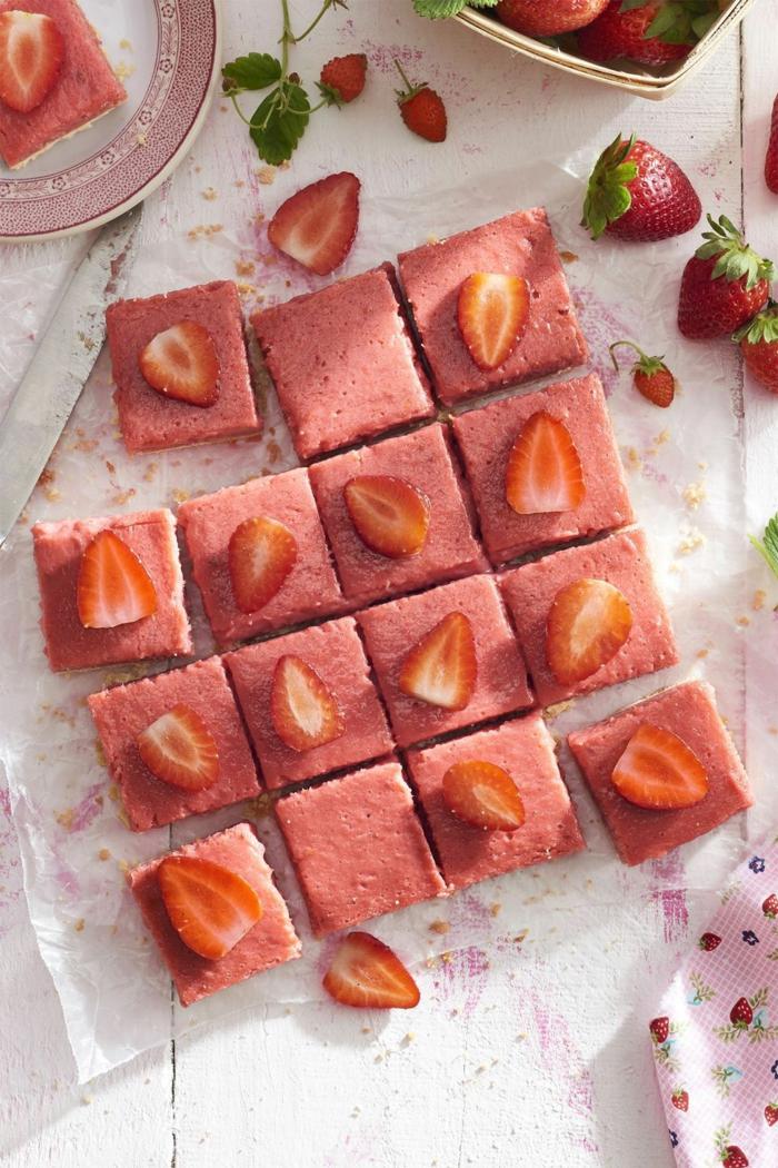 ideas de postres ricos y rápidos de hacer, tarta de fresas adornada de frutas frescas, ideas cena rica y facil
