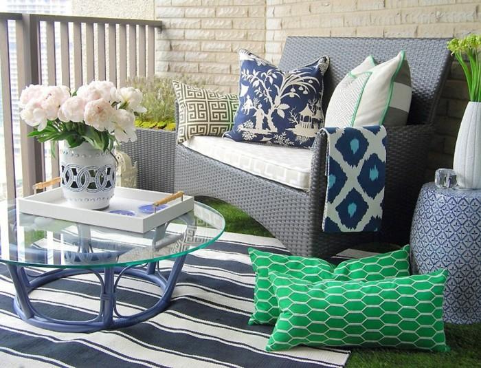 balcones pequeños decorados con muebles de diseño, mesa moderna con encimera de vidrio