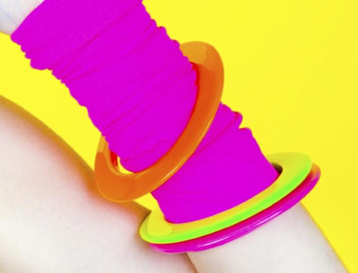 acccesorios típicos de moda años 80, calcetines para los brazos, pendientes en colores llamativos