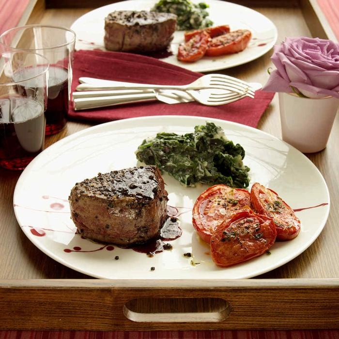 propuestas de recetas faciles para cenar en pareja, carne de vaca al horno con salsa de vino tinto y espinacas