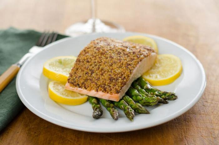 salmón al horno con sésamo y esparragos a la plancha, ideas de recetas faciles para cenar en pareja