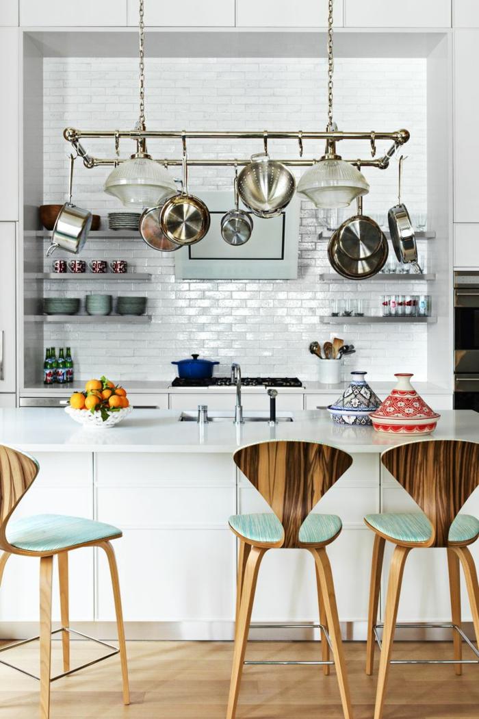 ejemplos de cocinas pequeñas para apartamentos en imagines, larga isla con sillas altas de diseño