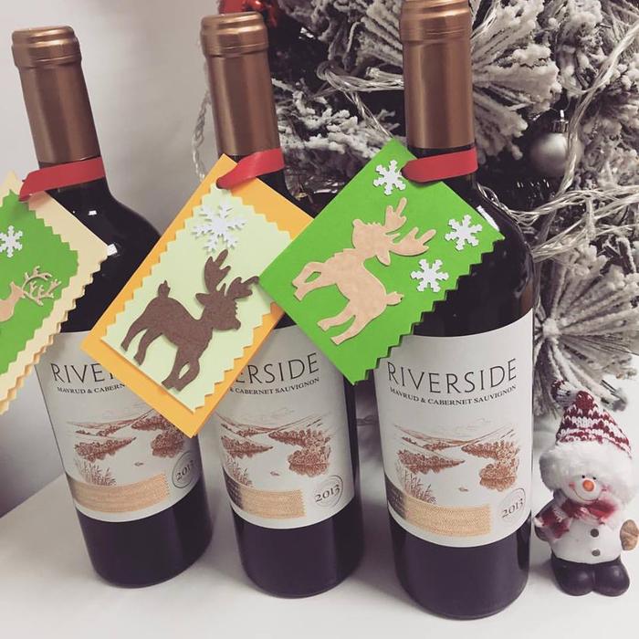 magníficas propuestas de etiquetas vino personalizadas, tarjetas hechas a mano con renos para decorar las botellas de vino