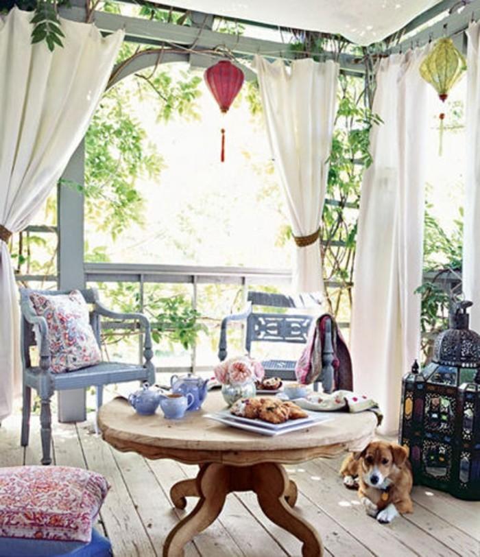 balcones pequeños decorados con mucho encanto, terraza en estilo provenzal, muebles vintage
