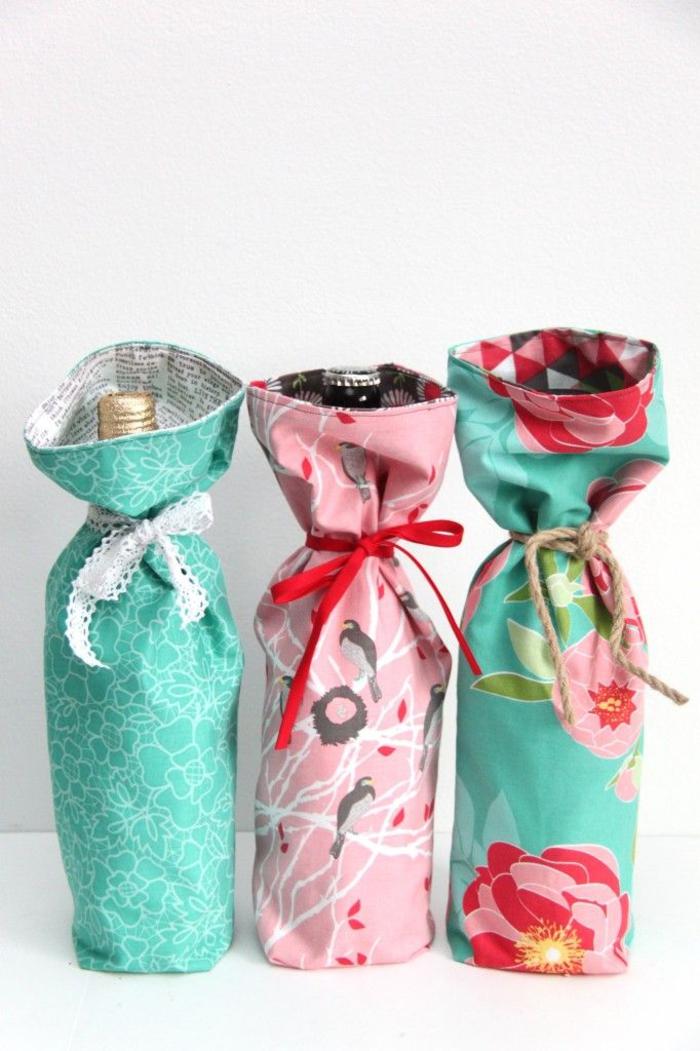 botella vino personalizada decorada con mucho encanto, telas coloridas para decorar una botella