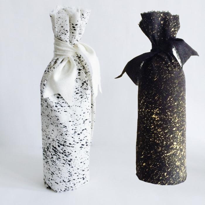 originales ideas de botella vino personalizada, botellas de vino envueltas en tela en color blanco y negro