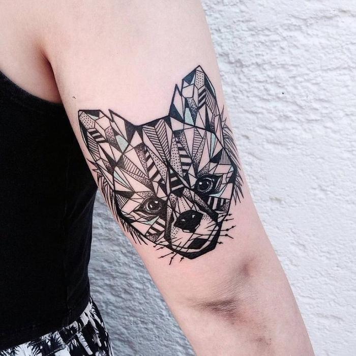 increíbles propuestas de tatuajes con figuras geométricas, diseño de tatuaje zorro en el brazo en negro y azul claro