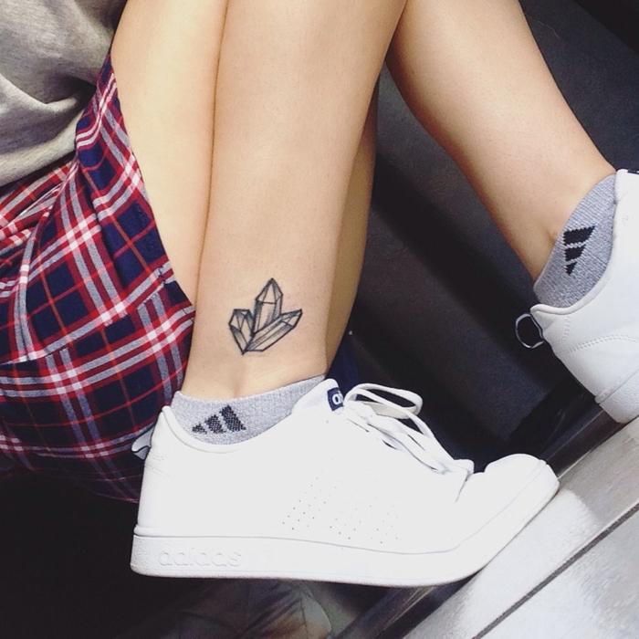 pequeños detalles tatuados en la pierna, diseños de tatuajes geometricos para hombres y mujeres