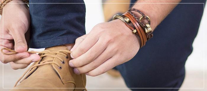 ideas de bonitos accesorios para ropa casual hombre, zapatos de cuero color beige, pulseras modernas