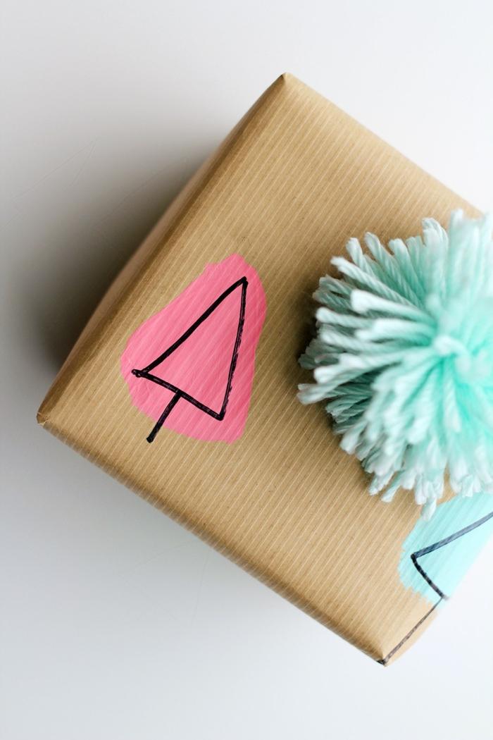 cajas decoradas con mucho encanto, ideas para envolver regalos de forma original, pompon en color verde menta y dibujo infantil