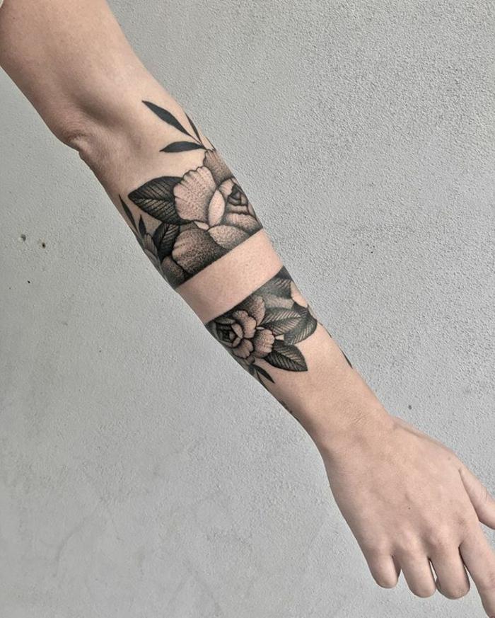 alucinantes ejemplos de tatuajes antebrazo con rosas, tatuajes brazaletes en color negro