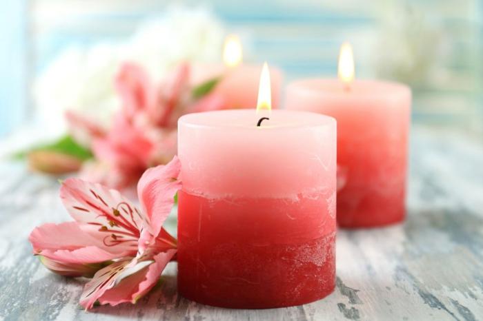 como hacer velas con esencias naturales color rojo, bonito centro de mesa con flores rojas y velas