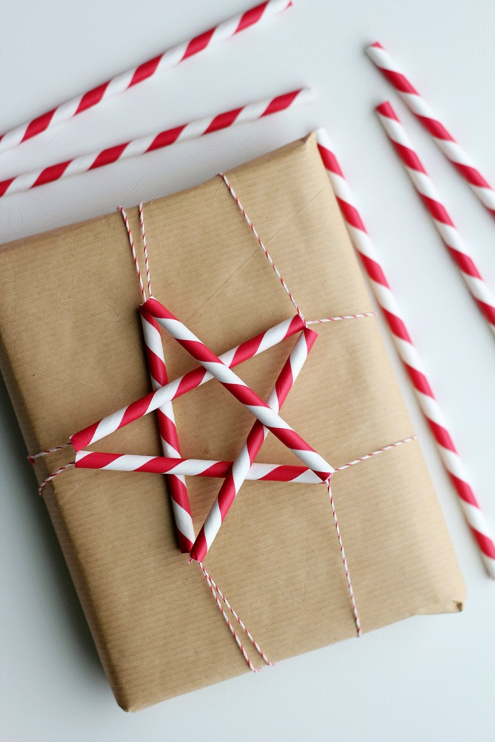 magnificas ideas para envolver regalos de forma original, decoración con pajas en blanco y rojo en forma de estrella