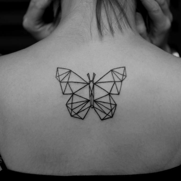 ejemplos-de-tatuajes de mariposas-diseños-geometricos-tatuaje-mariposa-en-la-espalda