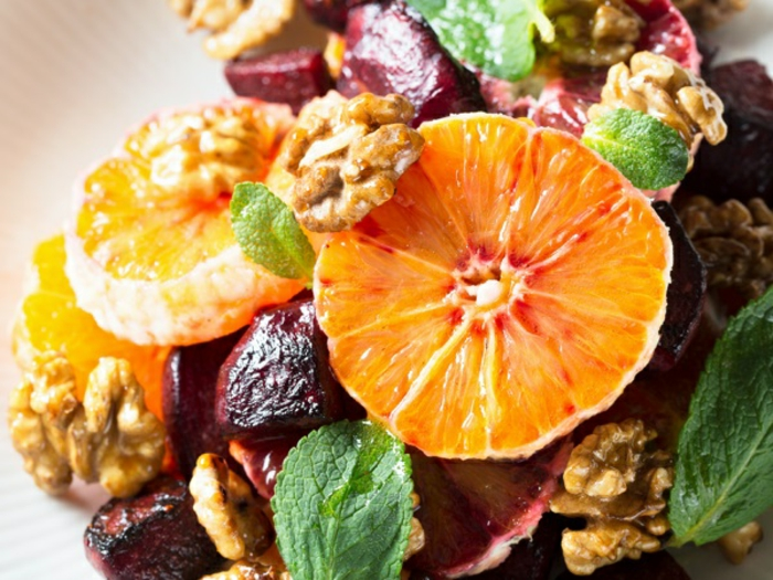 ricas propuestas de ensaladas originales con frutas y verduras, naranjas, nueces, remolacha