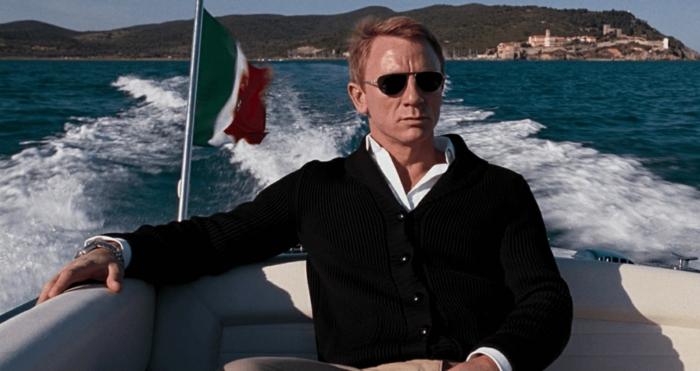 ropa casual hombre en 60 imagines, chaleco negro combinado con camisa negra y gafas Ray Ban