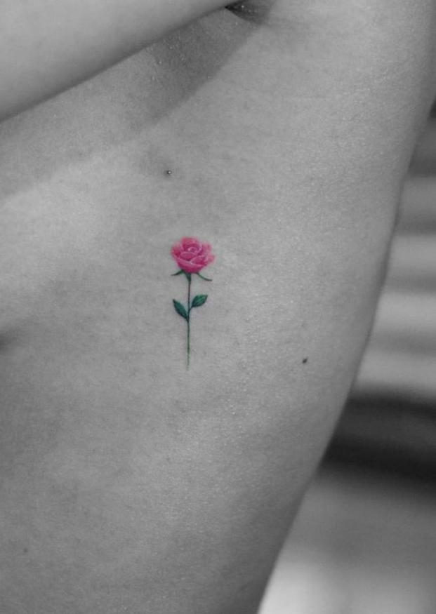 pequeño detalle tatuado en las costillas, bonitos y delicados diseños de tatuajes de rosas