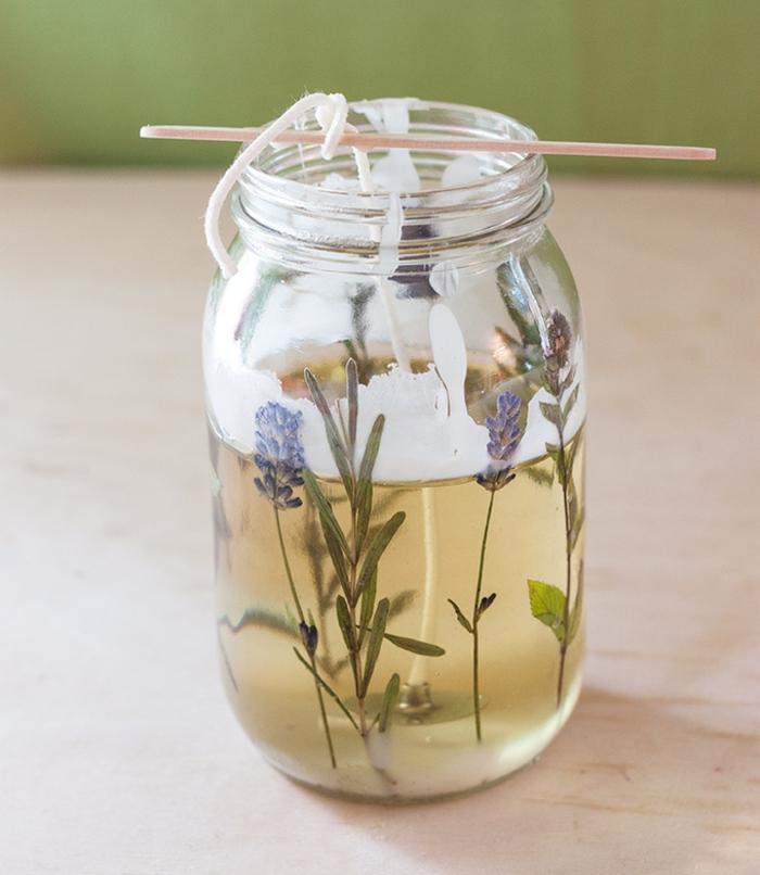 frascos decorativos llenos de velas caseras con aromas naturales, ideas sobre como hacer velas paso a paso