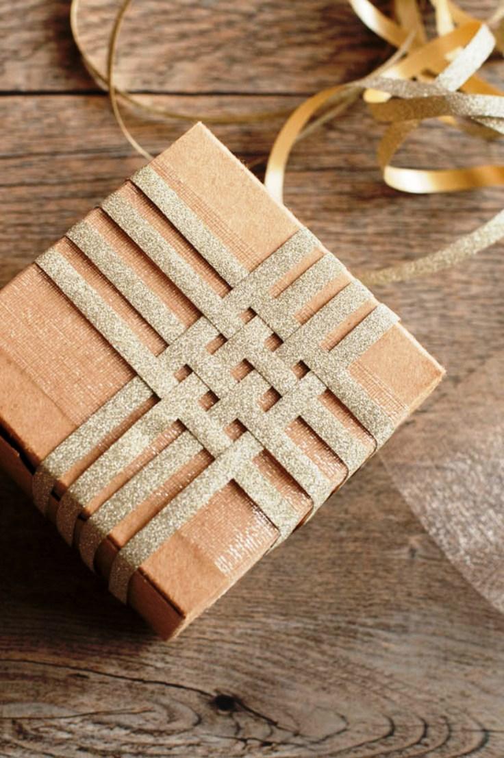 interesantes propuestas sobre como envolver regalos de forma original, decoración con tiras de papel color dorado brillante