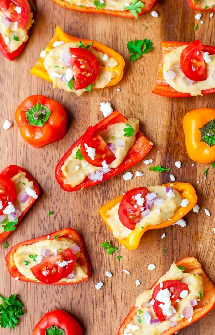 hummus casero con pimientos, perejil y cherry tomates, aperitivos faciles y rapidos en imagines