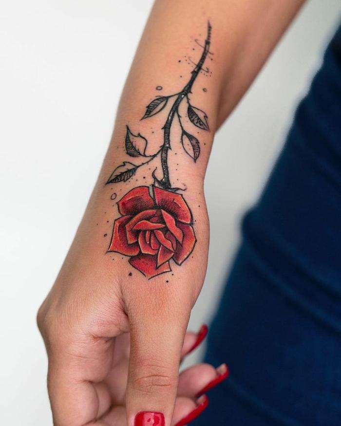 grande rosa roja tatuada en la mano, diseños de tatuajes de rosas super originales para hombres y mujeres