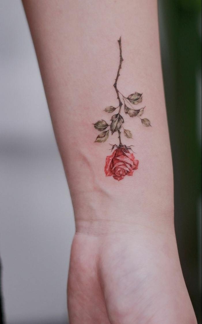 preciosos diseños de tatuajes de rosas en el antebrazo, tatuajes con flores para hombres y mujeres