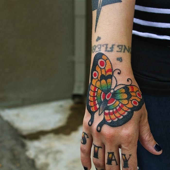 fotos de tatuajes de mariposas oloridas, tatuaje old school con una mariposa en colores, tattoos en los dedos