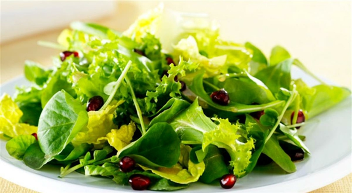 originales propuestas de ensaladas de verano con muchas verduras, ensalada de espinacas, verduras y granada