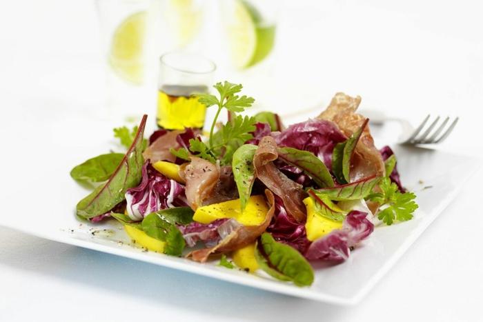 ejemplos de ensaladas originales, ensalada saludable con verduras, jamón y vinagrete casero