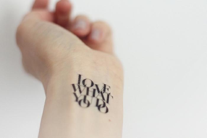 tatuajes temporales adhesivos, tattoo en la muñeca con letras, ideas de tatuajes temporales