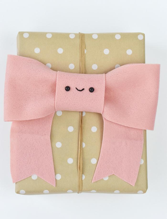 cajas envueltas en papel embalaje con puntos blancos, como envolver regalos originales con detalles de fieltro