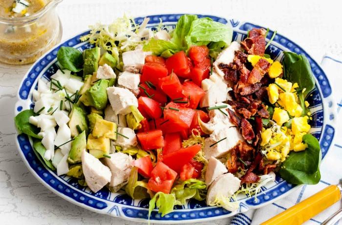 fotos con recetas ensaladas originales, ensalada saludable con trozos de aguacate, tomates, pollo picado, tocino, espinacas y huevos