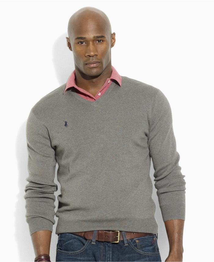 precioso outfit en gris y rosado, ideas de ropa casual hombre, vaqueros azules con cinturón marrón