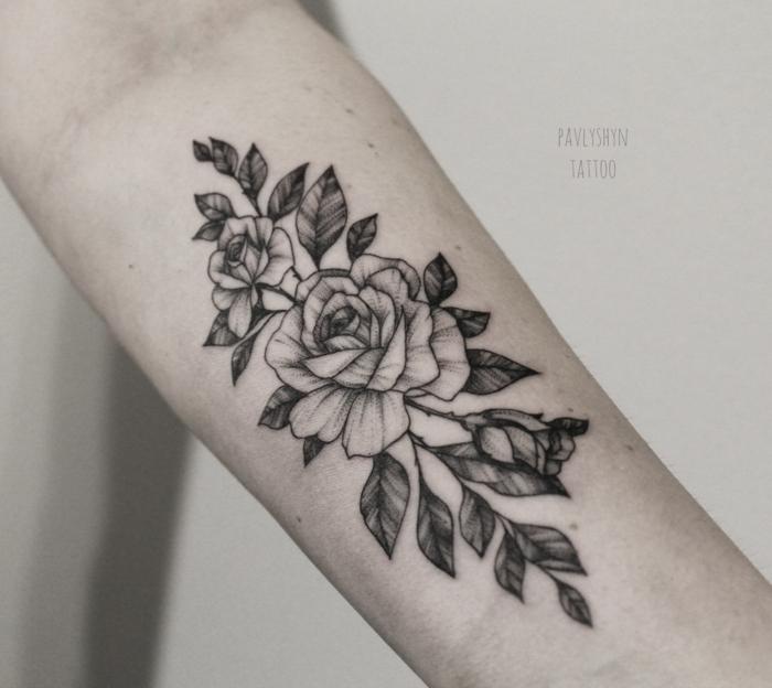 grande tatuaje con flores en el antebrazo, maravillosos diseños de tatuajes de rosas en 100 imagines