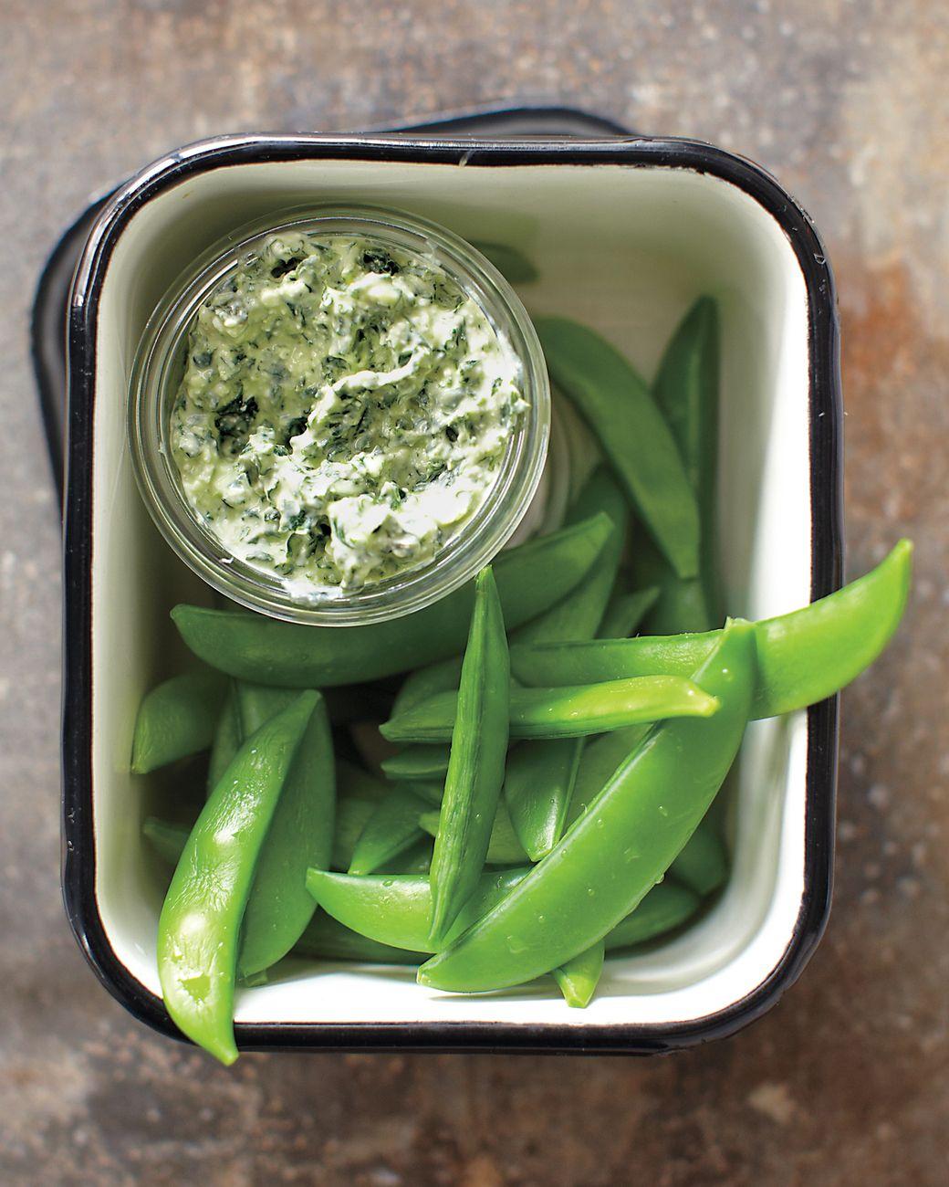 salsa casera de yogur, ajo y eneldo con judías verdes frescas, originales propuestas de aperitivos fáciles
