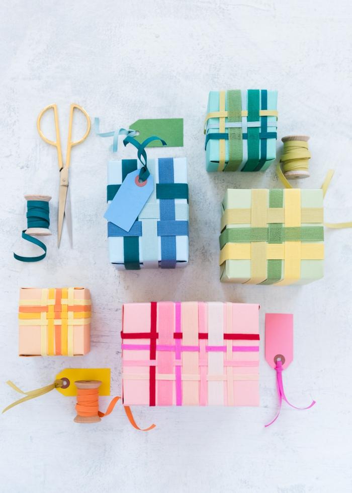 divertidas y originales propuestas para envolver regalos originales, cajas con regalos decoradas con cintas coloridas