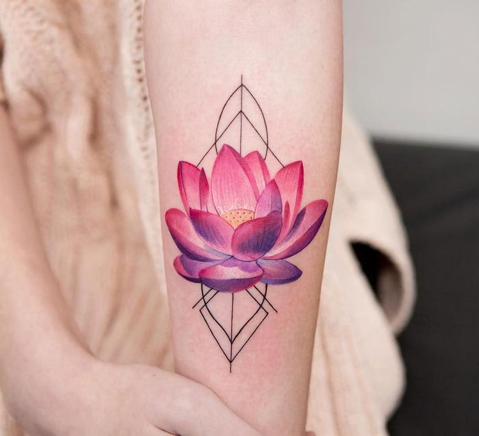 los mejores diseños de tatuajes con figuras geométricas, tatuaje flor de loto en color rojo