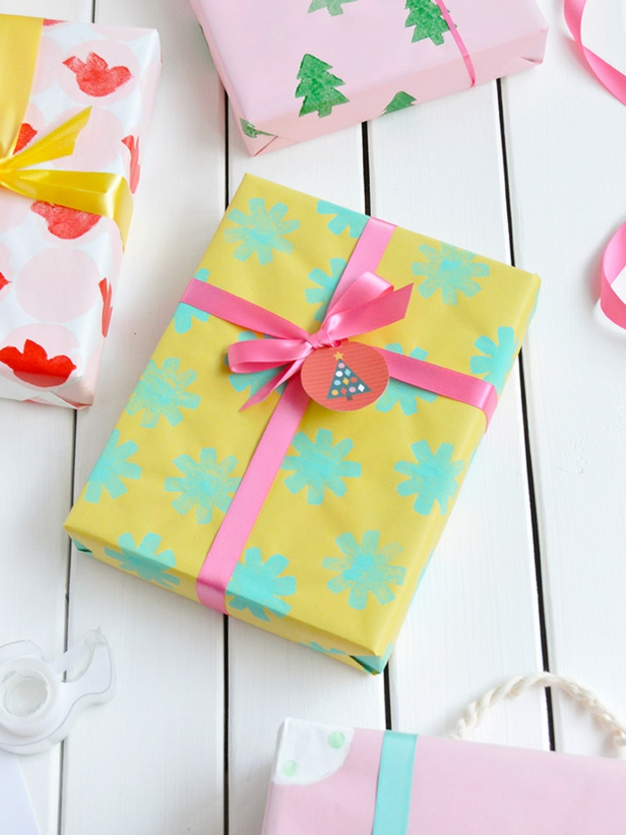 sello DIY para decorar papel regalo paso a paso, papel de regalos con estampados coloridos, ideas para envolver regalos