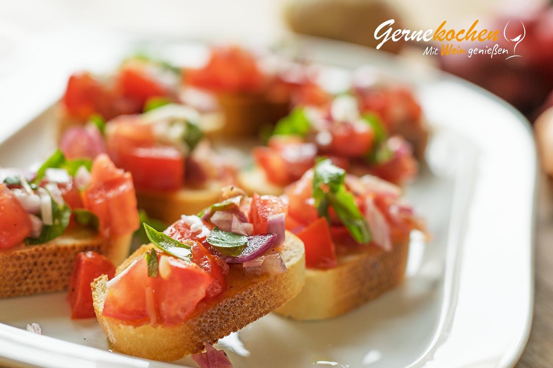 tostadas con tomate, albahacas y cebolla roja, ideas originales de entrantes caseros paso a paso